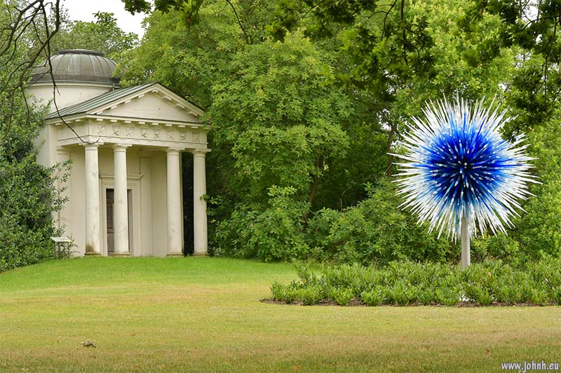 Dale Chihuly - Sapphire Star (2010) at Kew Gardens
